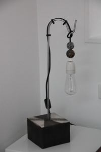 LAMPE  POSER: Black and white